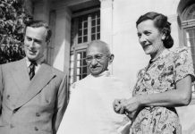 Mahatma Gandhi with Lord and Lady Mountbatten, 1947. Se om Indiens selvstændighed 15. august 1947 nedenfor. Photo: No 9 Army Film & Photographic Unit, British Government. Public Domain.