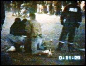 """Anholdelsen af Benjamin Schou Screenshot Kilde: <a href=""""http://tosommerfugle.blogspot.dk/2008/09/liget-af-benjamin-schou-er-nu-koldt.html"""">tosommerfugle.blogspot.dk.</a>"""