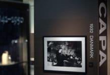 Ikonisk foto taget af Robert Capa i København 1932 af Lev Trotski (1879-1940). Her fra en udstilling på Nobel museum, Stockholm december 2007 by Eric Geers. (CC BY-NC-ND 2.0).