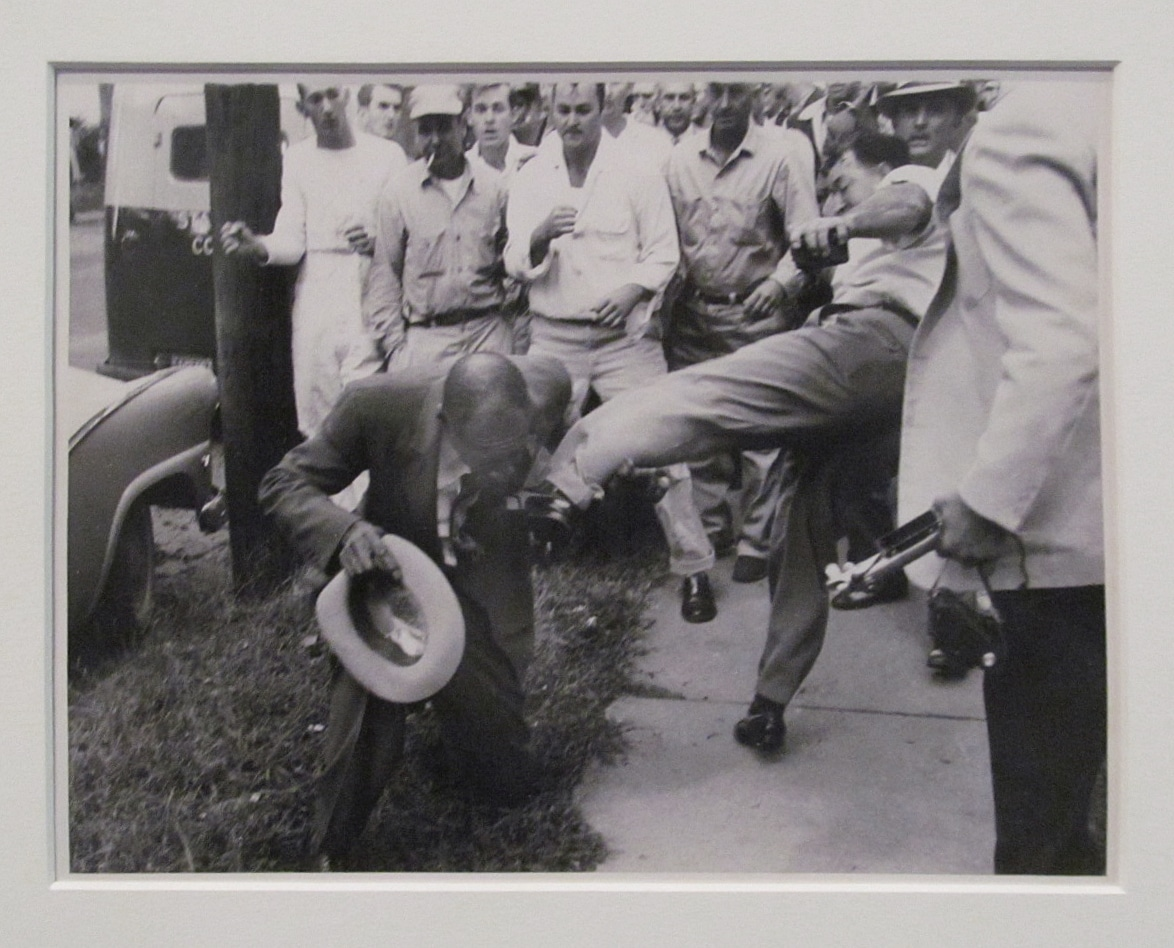 L. Alex Wilson, Reporter for the Tri-State Defender, Memphis, Attacked by a Crowd Near Central High School, Little Rock, Arkansas. 9-23-1957. Gelatin silver print (1931-1995) de Young Museum. Photo of photo by Will Counts taken on June 8, 2017 by rocor. (CC BY-NC 2.0).