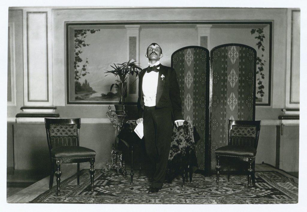 Herman Bang læser op. Foto: Johan Georg Heinrich Ludwig Tønnies (1825-1903), fotograf. (CC BY-NC-ND 4.0).