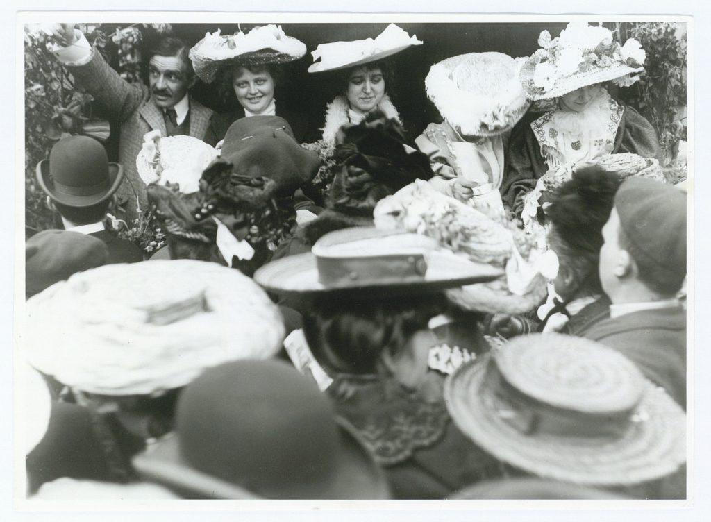 Herman Bang i bod på Kgs. Nytorv med hattedamer i 1905. Foto: Lars Peter Elfelt (1866-1931), fotograf. (CC BY-NC-ND 4.0).