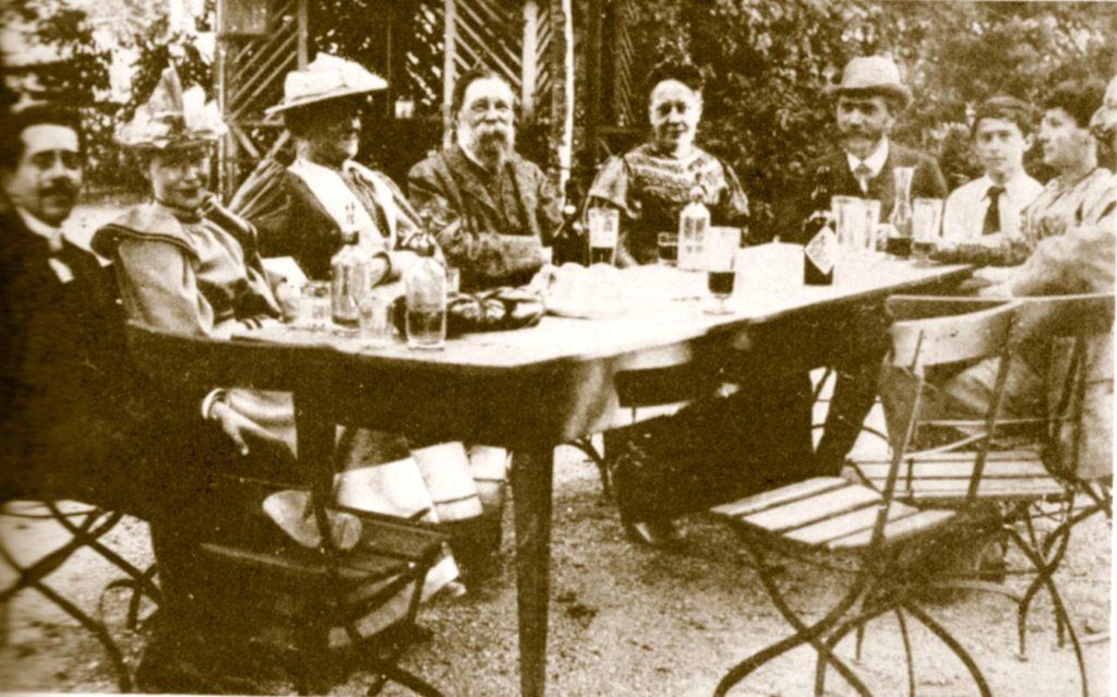 Im Gasthof zum Löwen Bendlikon bei Zürich 1893. Von links nach rechts: Ferdinand Simon (1862-1912), Friederike Simon, geb. Bebel (1869-1948), Clara Zetkin, Friedrich Engels, Julie Bebel, August Bebel, Ernst Schattner (1879-1944), Regina Bernstein, geb. Zadek, gesch. Schattner (1849/1852-1923) und Eduard Bernstein (teilweise abgeschnitten). Photo: Herman Greulich. Public Domain.