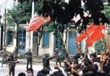 Militæret nedkæmper protesterne i Myanmar 8888 opstanden. Source: https://uscampaignforburma.wordpress.com/2011/08/08/the-spirit-of-8888-why-its-still-alive/. Se nedenfor 8. august 1988.