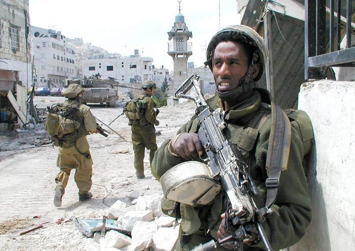 A soldier stands guard during an operational activity in Nablus. 8 April 2002, Author: Israel Defense Forces. Source: Wikimedia Commons. Se 28 september 2000 nedenfor.