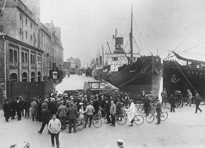 Strejkende arbejdere stimler sammen på Sankt Annæ Plads ved den aflukkede Larsens Plads, under storkonflikten i 1925. Foto: Ukendt. Kilde: ABA