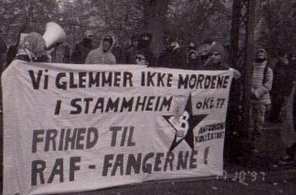 "Manifestation foran den tyske ambassade, oktober 1997- arrangeret af de to autonome tidsskrifter ""Propaganda"" og ""Autonomi"" / autonomi-kollektivet. Kilde: <a href=""https://www.autonominfoservice.net/2009/06/08/rote-armé-faktion-den-vesttyske-byguerilla-gruppes-historie/"">autonominfoservice.net.</a>"
