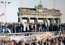 The Fall of the Berlin Wall, 1989. The photo shows a part of a public photo documentation wall at the Brandenburg Gate, Berlin. Photo: Original photo by unknown author. Reproduction from public documentation/memorial by Lear 21 at English Wikipedia. (CC BY-SA 3.0). Source: Wikimedia Commons. Se om Berlinmurens fald, 9, november nedenfor.