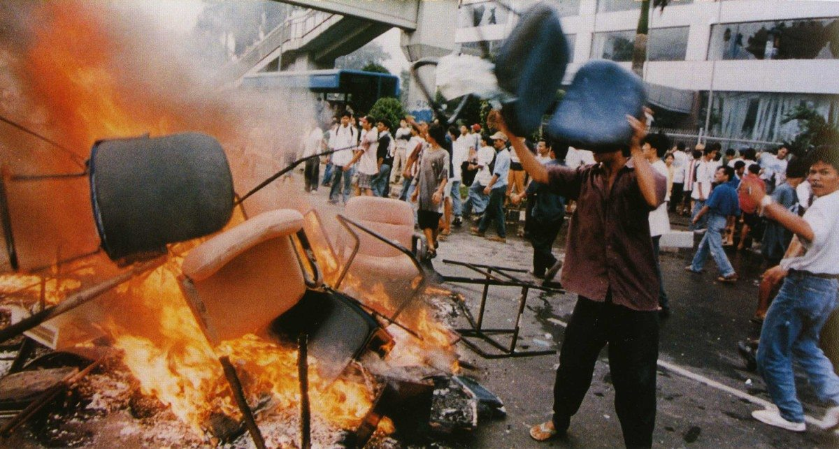 Shops looted and goods burned on the streets in Jakarta, 14 May 1998. Author: Office of the Vice President, The Republic of Indonesia. Public Domain. Source: Wikimedia Commons. See May 21. 1998 below.