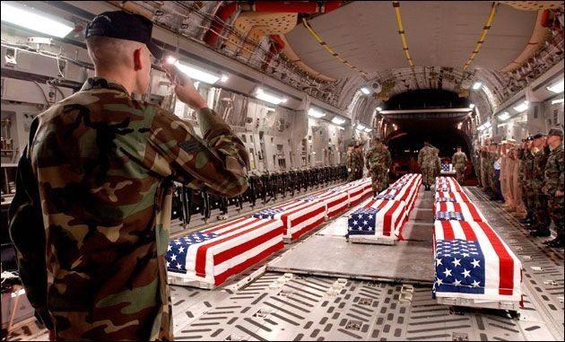 """US war casualties in a C-17 Globemaster III at Dover Air Force Base. USA har mistet 4000 døde , og 24,314 skadet i kamp. danmark 8. (Kilde: https://da.wikipedia.org/wiki/Irakkrigen#Døde_og_sårede) Photo: Unknpwn. Public Domain. Source: <a href=""""https://commons.wikimedia.org/wiki/File:USCasualtiesC130DoverAFB.jpg"""">Wikimedia Commons.</a>"""