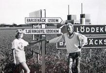 Svenske miljøaktivister udenfor Barsebäckværket i 1986. På vejene rundt om atomkraftværket sattes disse skilte op nogle dage efter Tjernobyl-katastrofen blev kendt.Se 31. maj nedenfor Kilde: By Foto: Jonn Leffmann, CC BY 3.0, https://commons.wikimedia.org/w/index.php?curid=23148336