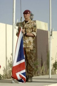 Selvom det på billedet er en britisk soldat der hejser flaget i Afghanistan, hejste de det ned i Nordirland, se nedenfor 31. juli 2007 (Kilde: https://en.wikipedia.org/wiki/Operation_Herrick