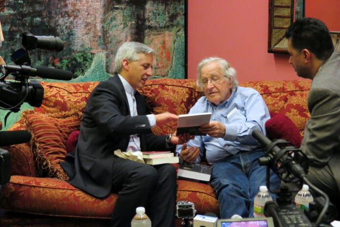 Noam Chomsky with Bolivian Vice President Alvaro Garcia Linera in NYC. Linera served under præsident Evo Morales util the coup in 2019. Photo: taken on June 8, 2013 by Matthew Straubmuller. (CC BY 2.0).
