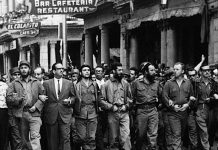 Photo was taken on March 5, 1960, in Havana, Cuba, at a memorial service march for victims of the La Coubre explosion. On the far left of the photo is Fidel Castro, while in the center is Che Guevara, on the right: William Alexander Morgan and Eloy Gutiérrez Menoyo. Photo: Unknown. Collection: Museo Che Guevara (Centro de Estudios Che Guevara en La Habana, Cuba). Public Domain.