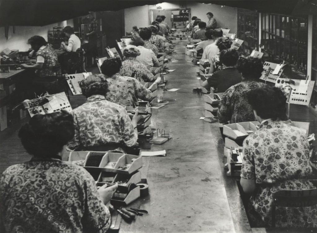 Kvinder på montagefabrik i 1960 før udflytningen til Sydøstasien efter den kolde krig. Kilde: Arbejdermuseet.