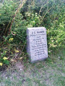 Mindesten over J.J. Dampe på Frederiksø. Foto taget 15 July 2011 af Ole Palnatoke Andersen. (CC BY-SA 3.0).