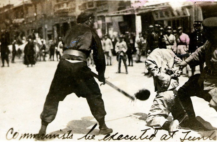 Public beheading of a communist during Shanghai massacre of April 1927. Photo: Unknown photographer. Public Domain.