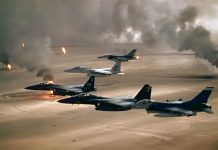 "USAs første Irak-krig, ""Operations Ørkenstorm""USAF aircraft of the 4th Fighter Wing (F-16, F-15C and F-15E) fly over Kuwaiti oil fires, set by the retreating Iraqi army during Operation Desert Storm in 1991. Author: US Air Force. Public Domain. Se 16. januar nedenfor."