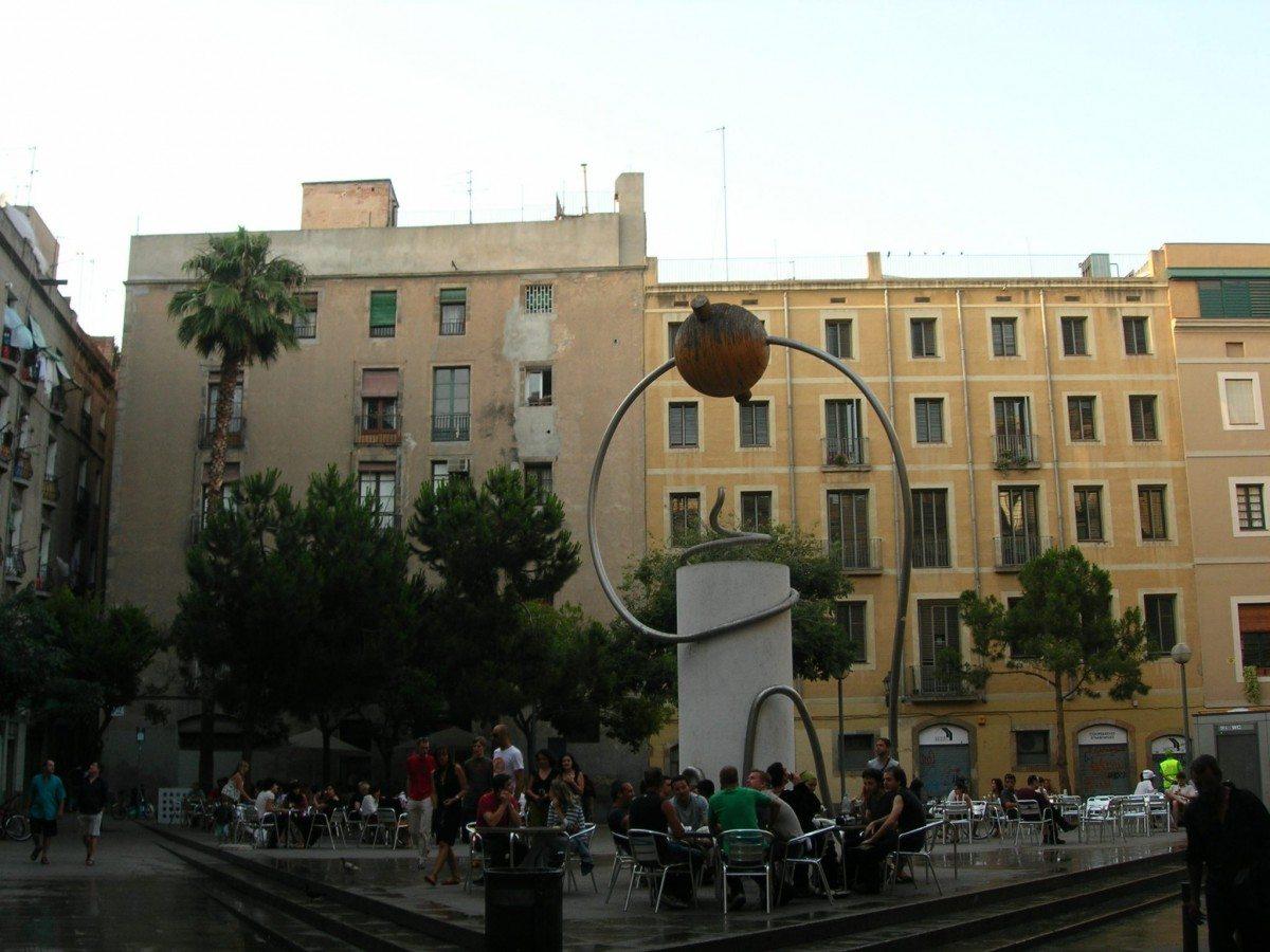 Pl. George Orwell i Barcelona med monument af Leandre Cristòfol fra 1935. Photo: Taget 18 June 2006 af Enfo. (CC BY-SA 3.0 ES).
