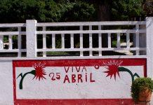 "Mural depicting ""Viva o 25 de Abril"" (""Long live the 25 April Revolution."") Coruche, Portugal. 7 September 2003. Author: Júlio Reis. (CC BY-SA 2.5). Source: Wikimedia Commons."