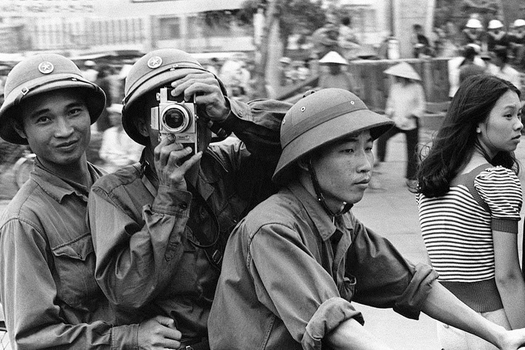 Glæde i Saigon efter sejren, mens det gamle regime og de amerikanske imperialister flygter i panik. Saigons fald 1975. Foto: manhhai, (CC BY 2.0) Kilde: flickr.com. Se 30. april 1975.