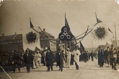 1. maj-optog år 1900. I midten banner med det historiske 3 x 8-krav: 8 timers arbejder, 8 timers fritid, 8 timers hvile.. Foto: Ukendt.