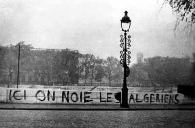 """""""Her druknede vi algierne"""". Banner på bro over floden Seine i Paris. The most famous shot of the Paris Massacres in 1961. Author or copyright owner: Unknown. Source: (WP:NFCC#4) Archive of the l'Humanité newspaper. 17-10-1961. Use in article (WP:NFCC#7). Paris massacre of 1961. Minimal use (WP:NFCC#3): No other freely usable photo to illustrate these events. https://en.wikipedia.org/wiki/File:Here_are_drown_the_Algerians.jpg"""