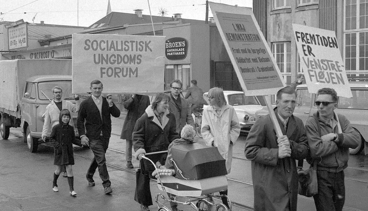 Socialistisk Ungdoms Forum i 1. maj demonstration i M.P. Bruuns Gade, Århus, 1961. Foto: Børge Venge, 1. maj 1961. Original i Aarhus Stiftstidendes Billedsamling, Erhvervsarkivet, leveret af Aarhus Stadsarkiv. [NB skilteteksten tyder dog på 1. maj 1967!]