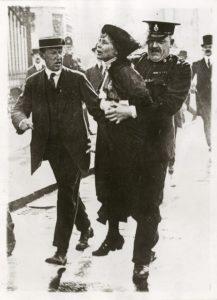 Pankhurst Sylvia føres væk fra politiet fra Buckingham Palace, London 1930. Photo: Unknown. (CC BY-NC-SA 4.0)