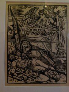 """""""Religiøst hykleri"""" står der på en af vingerne fra den kapitalistiske vampyr ... Socialismens trompet. En bevinget frihedsfigur blæser i et horn for at advare arbejdstageren, hvis blod drænes af et flagermuslignende monster. Gravering: Walter Crane, og offentliggjort i """"Justice Journal"""", 1885. (CC BY-NC-SA 2.0). Foto: B."""