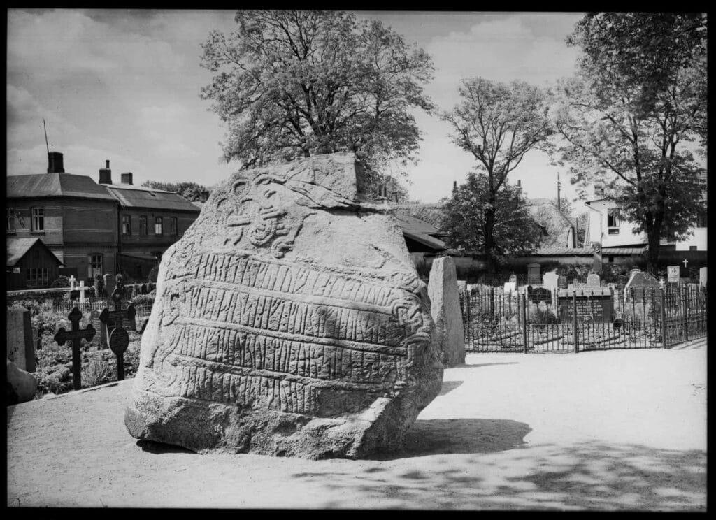 Runestenen i Jelling. Foto: Ukendt. (No known rights).