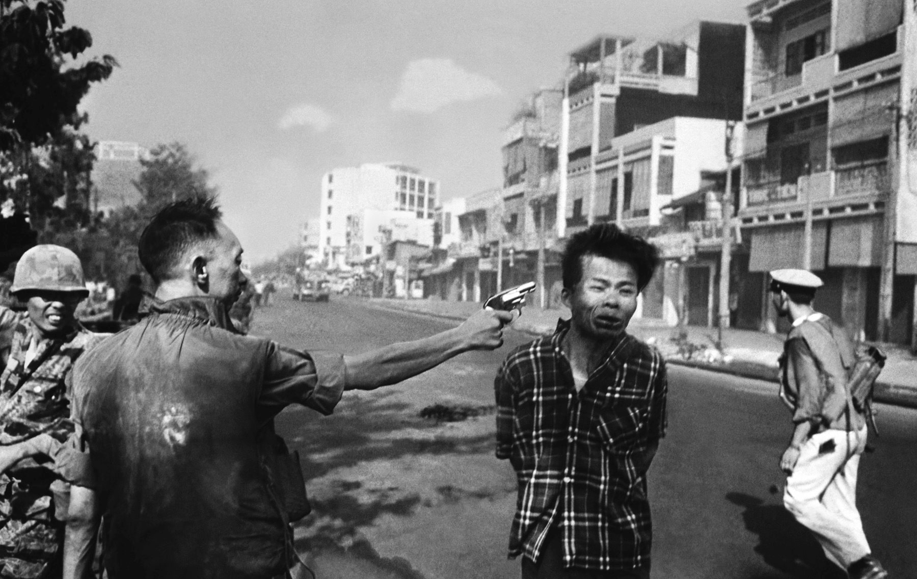 The South Vietnamese General Nguyen Ngoc Loan, chief of the national police, fires his pistol into the head of suspected Viet Cong officer Nguyen Van Lem (also known as Bay Lop) on a Saigon street on February 1, 1968, early in the Tet Offensive. Lem was suspected of commanding a death squad which had targeted South Vietnamese police officers that day. (Eddie Adams/AP). (CC BY 2.0). Source: flickr.com