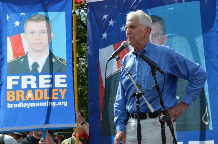 One whistleblower speaks for another. Daniel Ellsberg speaks at Free Bradley Manning protest at Fort Meade, June 1, 2013. Photo: Steve Rhodes. (CC BY-NC-ND 2.0). Source: flickr.com See on Daniel Ellsberg and the Pentagon Papers juli 13, 1971, below.