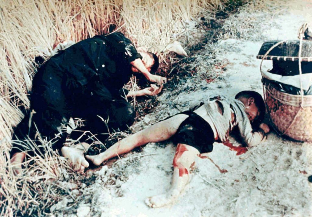 Unidentified Vietnamese man and child killed by US soldiers, 16 March 1968. Source: Report of Army review into My Lai incident, book 6, 14 March 1970. Foto: Ronald L. Haeberle. Public Domain. Source: Wikimedia Commons.