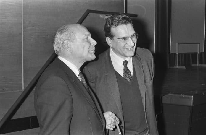 Debat Den Uyl (PvdA fractievoorzitter) en Ernest Mandel (Belgisch marxist) over Arbeidsraad of Parlement in Krasnapolsky, Amsterdam, Holland, 23 oktober 1970. Photo: Bert Verhoeff / Anefo. Collection / Archive: Fotocollectie Anefo. Public Domain.