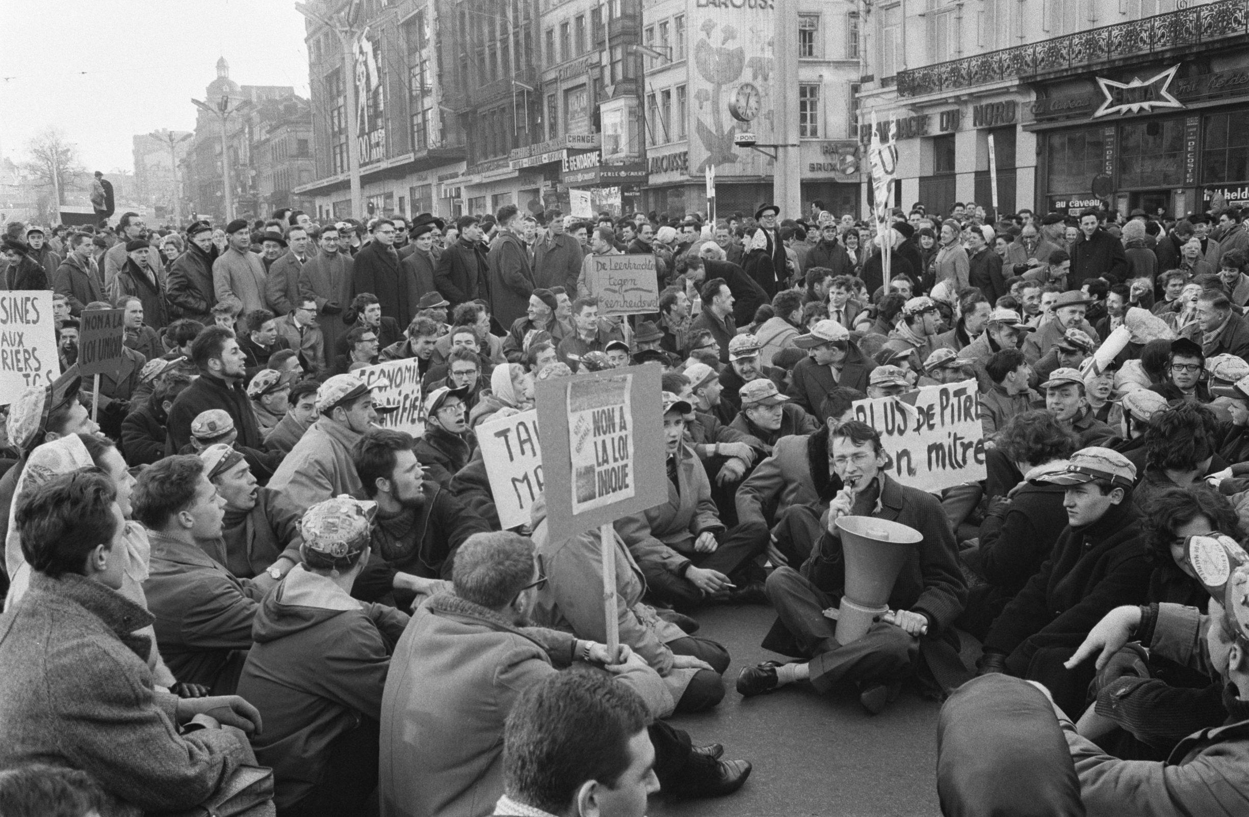 Demonstrationer i Bruxelles mod enheds retten, studerende sitdownstrike. Dato: 3 januar 1961. Foto: Pot, Harry/Anefo. Copyright indehaver: National Archives. Samling/Arkiv: fotosamling Anefo. (CC0 1.0).