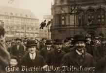 Demonstration i Berlin mod Kapp-kuppet i marts 1920. Text: 1 million deltagere. NB kupmagerne hænger som papfigurer i lygtepælen. Foto: Ukendt / Scan by Ning-ning. Public Domain.