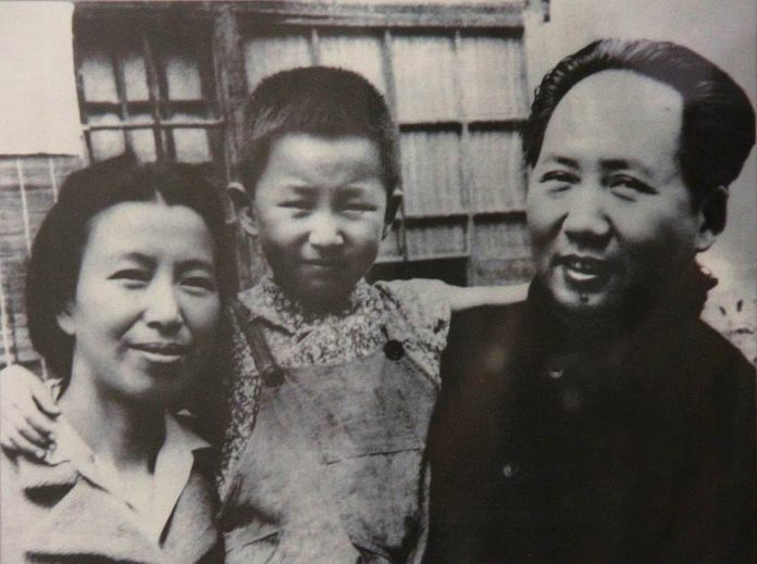 Jiang Qing, Mao Zedong and their daughter Li Na, mid 1940s. Author: Unknown. Public Domain. Source: Wikimedia Commons. Se nedenfor 9. september om Mao's død
