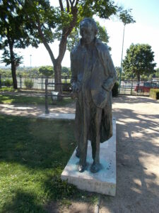 Statue of György Lukács in Szent István Park, Budapest District XIII. Made in 1985 by Imre Varga. The nationalist regime of Victor Orban decided in 2017 to take down the statue, after an anti-marxist and anti-semitic campagn, and replace it with a statue of the anti-semite fascist, Hungarian politician and war criminal Bálint Hóman, (1885-1951). Photo: Taken in 2015 by Globetrotter19. (CC BY-SA 3.0).