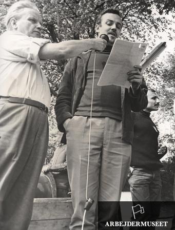 Fra pinsemarchen mod USAs krig i Vietnam i 1964, fra Helsingør til København I Vedbæk taler Ebbe Reich, mens en af arrangørerne, Otto Sand, holder mikrofonen. Foto af Ernst Nielsen (ABA)