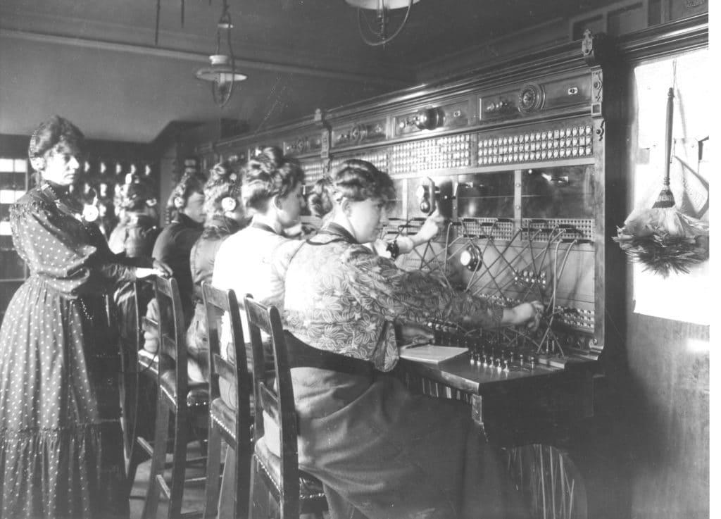 I 1882 stiftede C.F. Tietgen Københavns Telefon-Selskab, som senere blev til Kjøbenhavns Telefon Aktieselskab – eller i daglig tale KTAS. Sammen med de øvrige regionale telefonselskaber blev det senere til TDC. Billede fra en Telefoncentral. Foto: ?. TDC.