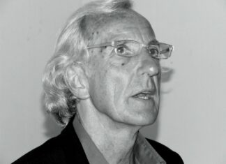 John Pilger at Humber Mouth Festival 2006 (a literary festival in Hull, England, that started in 1992). Taken on June 20, 2006 by walnut whippet. (CC BY 2.0).