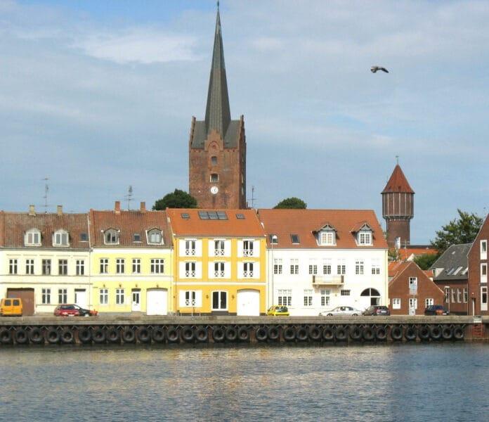 Nutidigt billede af udsigten fra Nakskov havn på Lolland. Foto taget 25 juni 2008 af Hubertus45. (CC BY-SA 3.0).