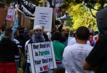 "Muslim protesters carry signs reading ""Behead all those who insult the Prophet"" and ""Our dead are in Paradise. Your dead are in HELL!"" Photograph taken at 2012 Sydney protest against the islamophobic film ""Innocence of Muslims"". Date: 15 September 2012. Source: https://www.flickr.com/photos/49283475@N00/7991807923/in/set-72157631548624094/. Autor: Jamie Kennedy."