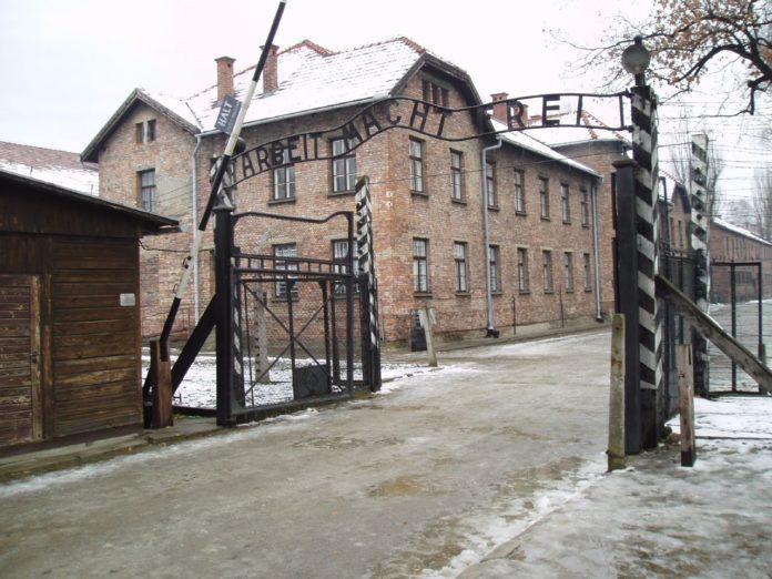 27. januar 1945 blev Auschwitz-lejren befriet. Datoen blev i 2004 Danmarks 'minde- og mærkedag for ofre for Holocaust og andre folkedrab'. Den tyske KZ-lejr, Auschwitz I (hovedlejren), Polen, foto 27. november 2005 af Tulio Bertorini (tbertor1). (CC BY-SA 2.0).