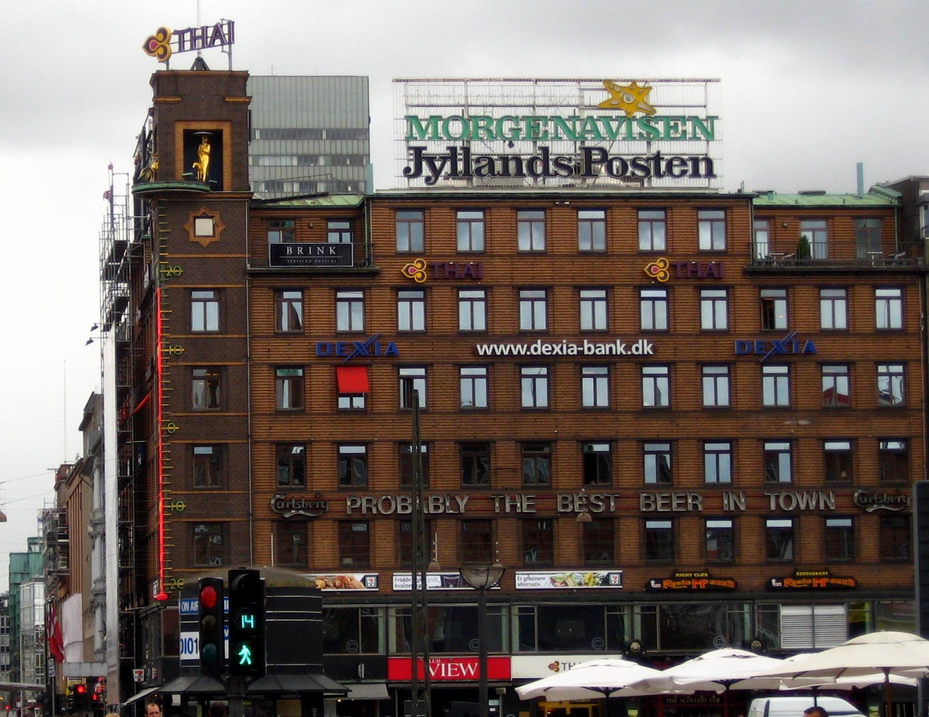Lysreklame for den danske avis Jyllands-Posten på en bygning på Rådhuspladsen i København. Foto taget 12 August 2009 afuser:tsca. Public Domain.