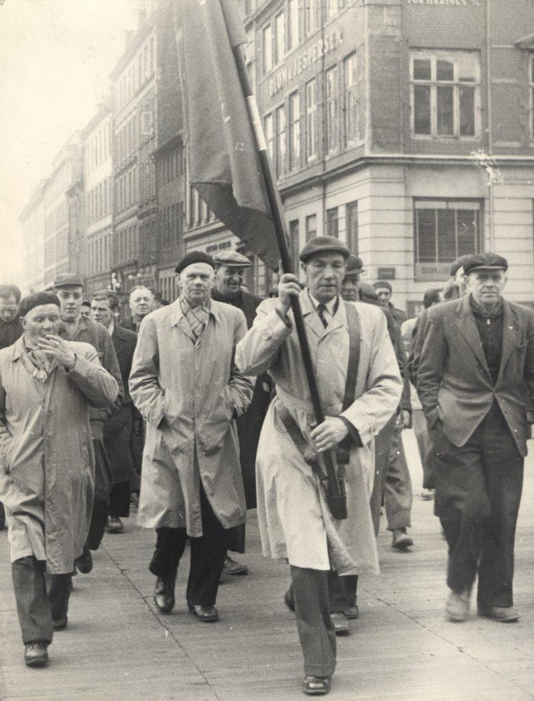 Havnearbejdere på barrikaderne i Københavns gader under en storkonflikten i 1956. (Foto: Arbejdermuseets arkiv)