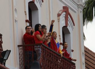 Hugo Chávez taler fra Folkets Balcon (Balcón del Pueblo) d.17 March 2012, 13:28. Source: Flickr. Author: Joe Sasson from Caracas, Venezuela. (CC BY-SA 2.0)