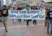 These protesters want an investigation of a 9/11 conspiracy. In anti-war protest parade, Los Angeles, California. Date: 28. oktober 2007. Source: flickr. Photo: Damon D'Amato from North Hollywood, California. (CC BY 2.0)