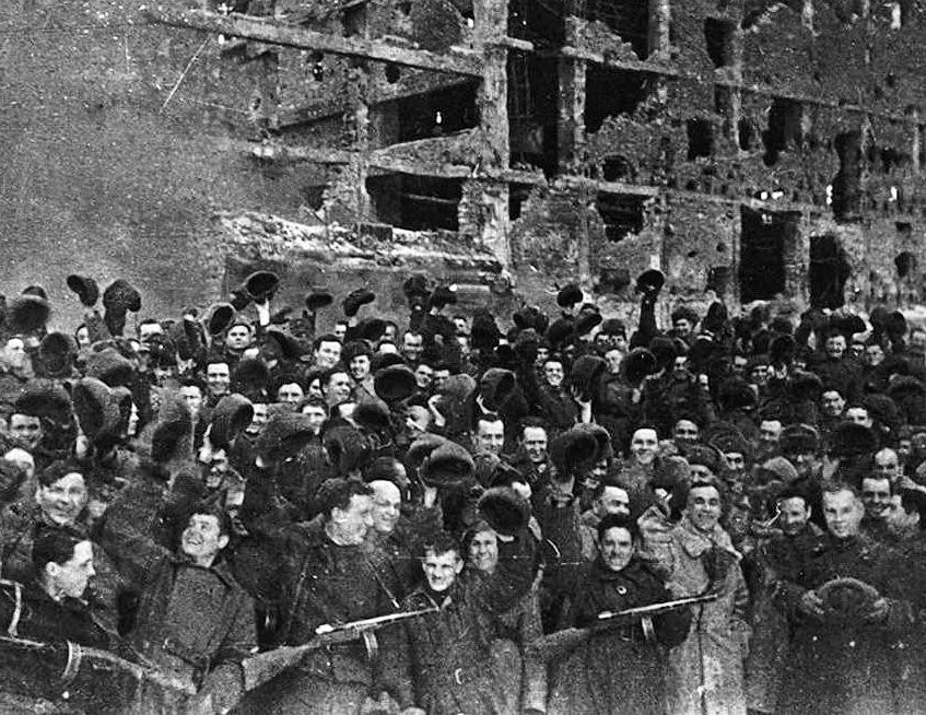 Warriors of the 95th SD on the day of the end of the fighting in Stalingrad. In the front row, the first on the right is the division commander, Colonel V. A. Gorishny, and the second (in a fur coat) - deputy. Division commander Colonel I. A. Vlasenko. Photo: Ukendt. Public Domain.